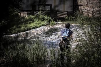 Imagen de archivo de un joven pescando.