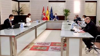 Alfonso Fernández Mañueco (c), preside la reunión del Diálogo Social celebrada ayer en con la consejera de Empleo y los agentes sociales y económicos.