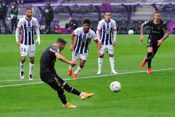 El Alavés resurge a costa de un paupérrimo Real Valladolid