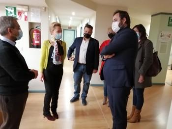 El presidente regional del PP, Francisco Núñez, saluda a miembros de la AECC, en su visita a la sede.