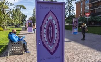 El PP pide retirar las 'Puertas Violetas' por groseras