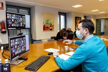 El alcalde de Burgos, Daniel de la Rosa, durante una sesión plenaria telemática (con el resto de concejales en la pantalla del ordenador).