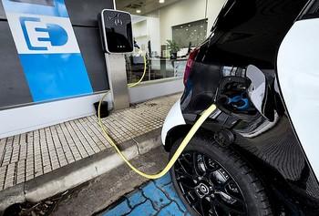 Obligados a adelantar las ayudas al coche eléctrico