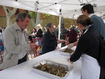 Imagen del tradiciones reparto de vino y peces el 11 de junio.