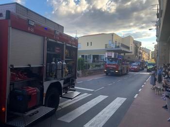 Dotaciones de bomberos frente a la residencia.