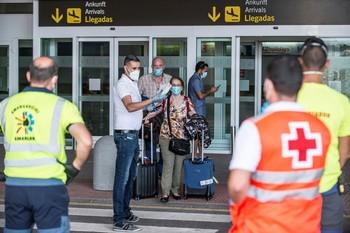 Un viajero da positivo mientras volaba a Lanzarote