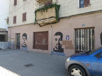 Pintada en Alsasua con la cara de dos de los detenidos por la agresión a guardias civiles en 2016.