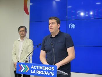 El coordinador del PP de La Rioja, Diego Bengoa (en primer término), y el concejal logroñés Pablo Santolaya.