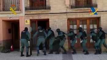 Momento en el que un grupo de guardias civiles entran en uno de los domicilios registrados.