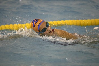 Una nadadora en plena competición.