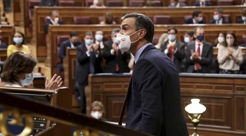 El grupo socialista aplaude a su líder en el cierre del curso político antes de las vacaciones en el Congreso, con un Pleno en el que Sánchez detalla el fondo europeo de recuperación