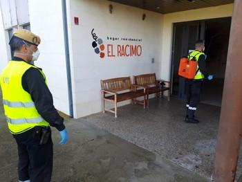 Efectivos de la UME realizando labores de desinfección en la residencia El Racimo de Villalmanzo.