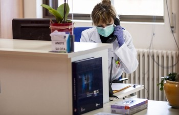 Todos los centros sanitarios públicos de la provincia tienen órdenes de hacer de la consulta telefónica «la actividad fundamental» en la desescalada.