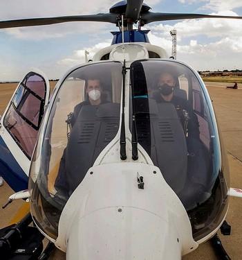 Los pilotos Guillermo Hidalgo (d) y Daniel Vivas (i), a los mandos del helicóptero Cóndor