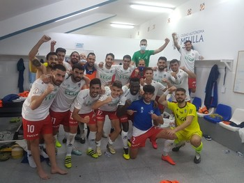 La plantilla del Yugo Socuéllamos celebra su primer triunfo de la temporada.
