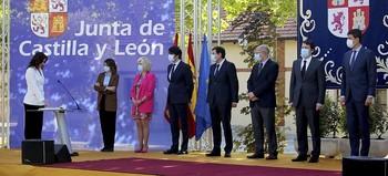 Carlota Amigo jura su cargo como consejera ante la presencia del presidente de la Junta, Fernández Mañueco, y sus compañeros del Gobierno autonómico.
