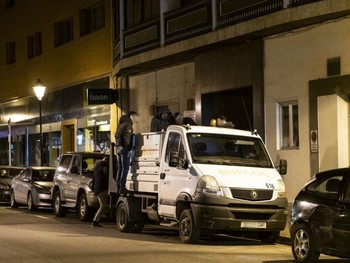 Agentes de la Policía Nacional hallaron el cuchillo en la caja de este vehículo de Semat, aparcado en la calle San Pablo.