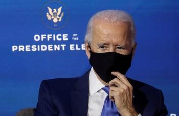 Biden confirma que Fauci seguirá al frente del equipo COVID
