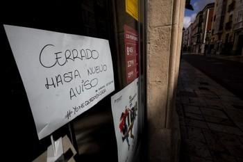 El cartel de cerrado se mantiene en algunos negocios de la capital burgalesa.