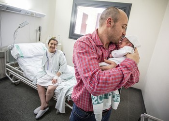 La natalidad sigue disminuyendo aunque frena su caída