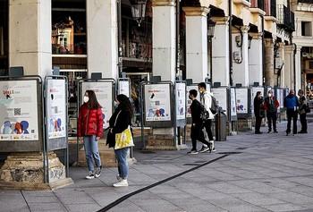 41 murales en la Plaza Mayor sobre mujeres y niñas inolvidables.