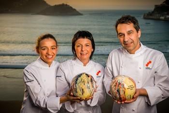 El cocinero del Culler de Pau, en O Grove (Pontevedra), Javier Olleros (d), y la chef de Les Cols, en Olot (Girona), Fina Puigdevall (c), y su hija Martina (i)