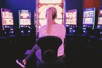 Los jóvenes ven jugar y apostar como una opción más de ocio