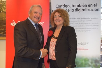 El acuerdo ha sido firmado por la directora territorial de Santander en Castilla-La Mancha, Sonia Colomar y el presidente de Cooperativas Agro-alimentarias CLM, Ángel Villafranca.
