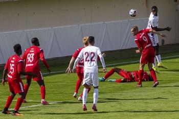 Javi Heranz intenta rematar de cabeza un balón en un partido anterior.
