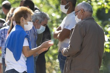 Vecinos de Oencia (León) esperan para hacerse la prueba PCR.