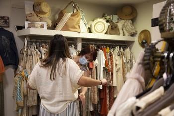 Una clienta se prueba una prenda en una tienda de Logroño.