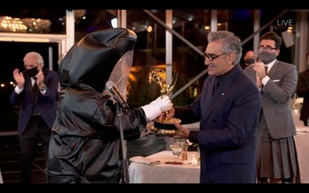 Eugene Levy recibe la estatuilla a mejor actor de comedia por su trabajo en 'Schitt's Creek'.
