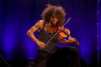 El violinista Ara Malikian durante un concierto en la Plaza de la Armería del Palacio Real, en Madrid (España), a 24 de julio de 2020.