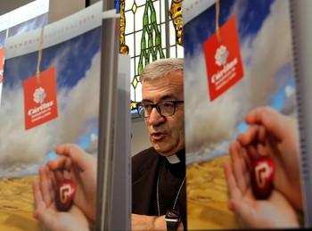 El obispo auxiliar de Valladolid, Luis Argüello, presenta la memoria de la entidad, que incluye las acciones llevadas a cabo por las 11 Cáritas Diocesanas de Castilla y León.