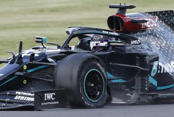 Hamilton gana hasta con un neumático pinchado