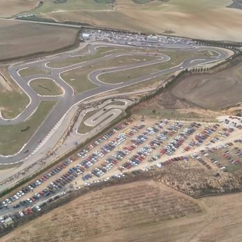 Vista aérea del circuito de velocidad el día de la concentración Fast and Nice.