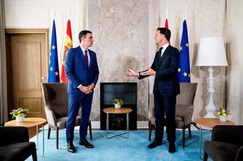 Rutte pide a Sánchez que halle en España la solución a la crisis