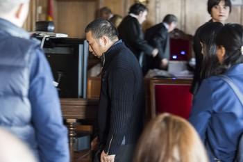 Imagen de los dos acusados al abandonar el juicio.