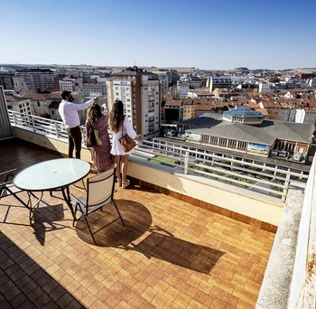 Presentación de un piso con dos azoteas situado en la plaza de España.
