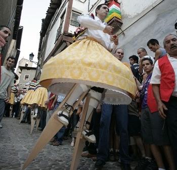 Los danzadores no podrán bajar el 22 de julio con sus zancos por el empedrado de Anguiano.