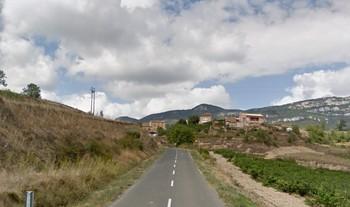 Imagen de la carretera LR-319. Al fondo, Ábalos.