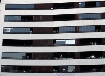 Banderas blancas en el balcón por el Día Mundial de la Salud