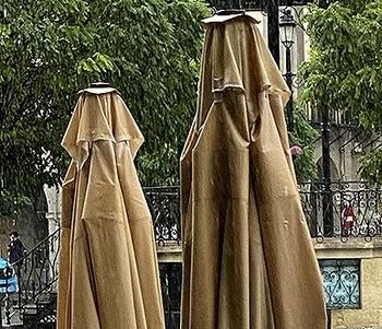 Sombrillas bajo la lluvia