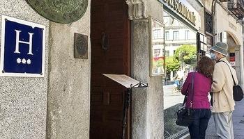 Turistas miran la carta de un hotel