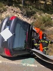 Una mujer herida al volcar su turismo en la AV-941