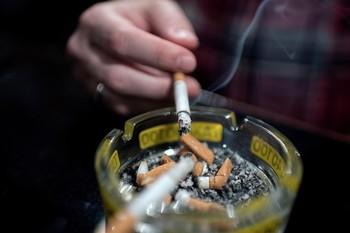 Galicia prohíbe fumar en la calle