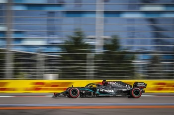 Hamilton se impone a Bottas en el último entrenamiento