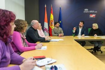 El secretario autonómico del PSOE, Luis Tudanca, se reunió ayer en las Cortes con representantes de las plataformas en defensa de la sanidad pública.