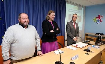 La consejera Isabel Blanco, junto a Juan Ignacio Vela (i), presidente nacional de Lares, y Jorge Sainz.