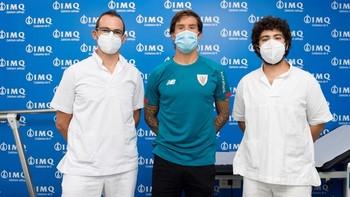 El defensa Iñigo Martínez (c) se ha sometido este miércoles a las pruebas médicas, en el día en que seis jugadores del Athletic Club han dado positivo